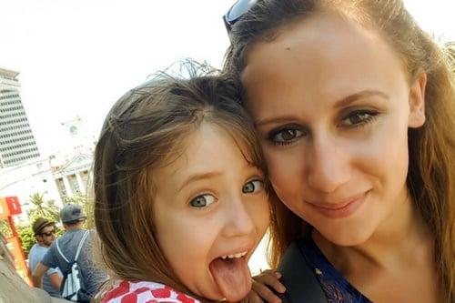Sarah avec l'enfant qu'elle gardait, Marlen