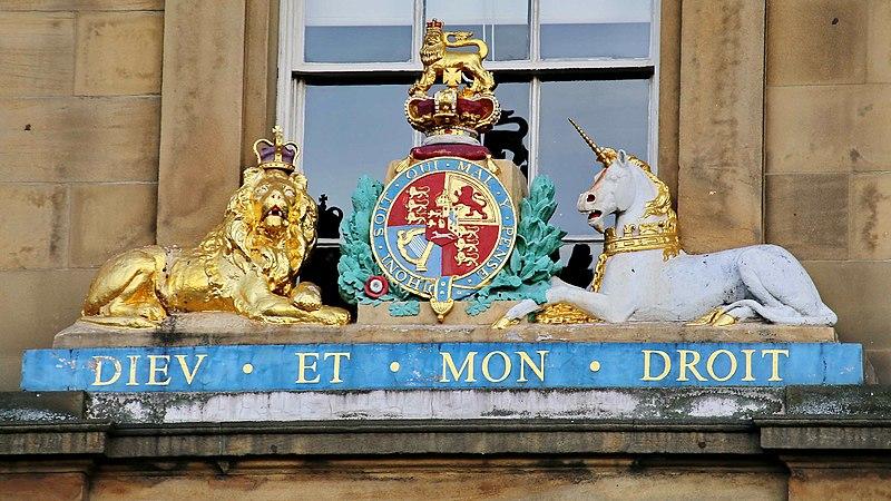 Que signifie la devise de la monarchie britannique ?