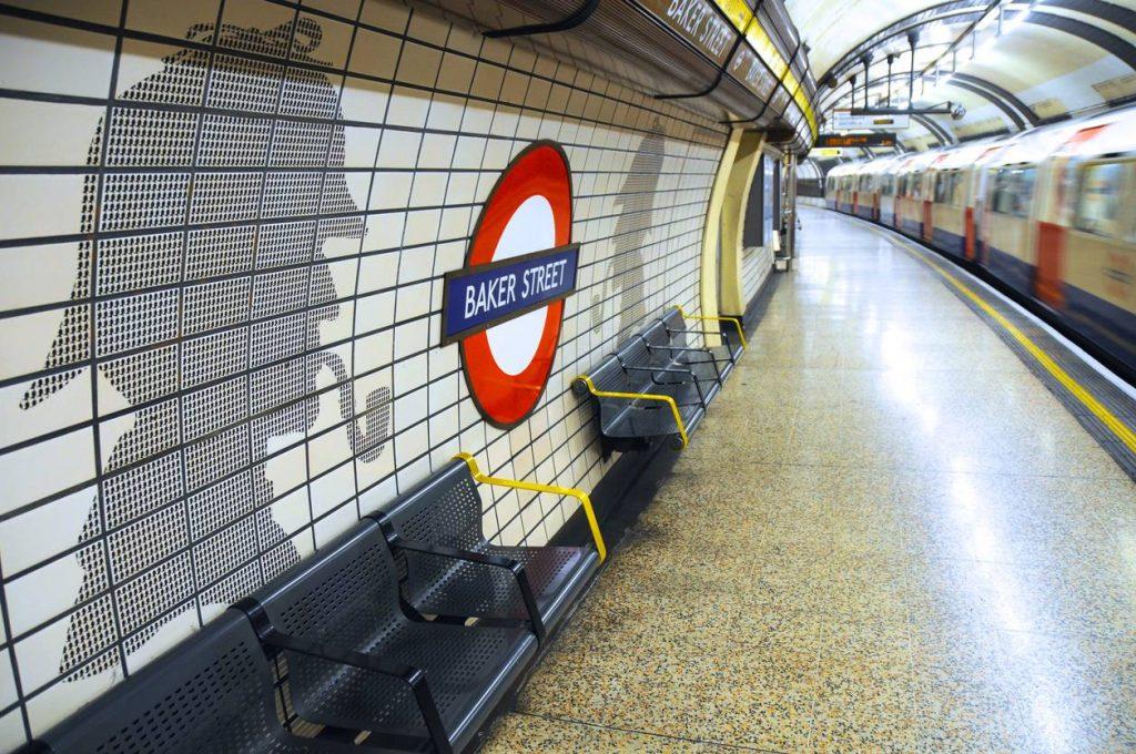 Retrouve le portrait de Sherlock Holmes dans le métro de la capitale anglaise