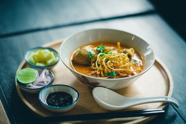 Que trouve-t-on dans un plat de khao soi ?